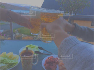絶景,湖,山,マグカップ,グラス,ビール,乾杯,休日,ドリンク,女子会,BBQ,女子旅,ニュージーランド,リフレッシュ,手元,テカポ湖,holiday,dayoff