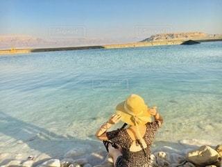 海を眺める少女の写真・画像素材[3633882]