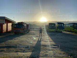 男性,空,太陽,光,逆光,バス,初日の出