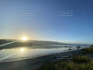 自然,空,太陽,朝日,青,水面,反射,光,初日の出