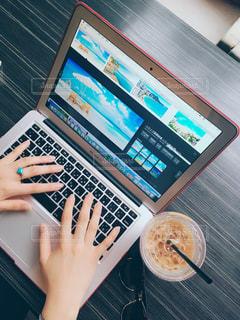 カフェ,PC,仕事,ビジネス,リモートワーク,ビジネスシーン,資料作成,旅行会社,旅行プラン