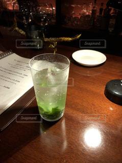 グラス,乾杯,ドリンク,モヒート,1人酒,しんみり,大人の夜,深酒