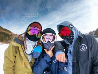 3人,風景,アウトドア,空,スポーツ,雪,仲良し,人物,ゴーグル,ゲレンデ,レジャー,スノーボード