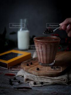 テーブルの上のコーヒー1大切な人に贈りたいショコラドリンクの写真・画像素材[2829624]