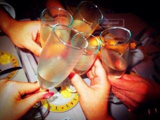 ディナー,お酒,グラス,誕生日,お祝い,乾杯,飲み会,ドリンク,シャンパン,パーティー,イタリアン,シャンパングラス,手元
