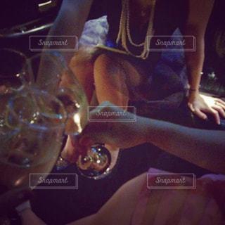 お酒,人物,人,グラス,誕生日,お祝い,乾杯,飲み会,ドリンク,女子会,シャンパン,ガールズトーク,シャンパングラス,手元,リムジンパーティ,リムジンパーティー