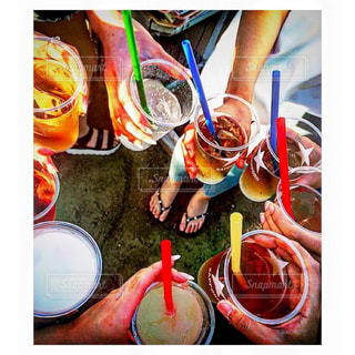 夏,人物,人,ワイン,グラス,誕生日,乾杯,バーベキュー,飲み会,ドリンク,女子会,大人数,仲間,ガールズトーク,白ワイン,手元,ワイングラス