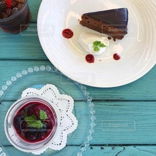 テーブルの上の皿の上のケーキの写真・画像素材[2737617]