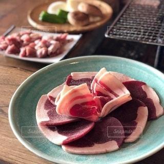 皿の上の食べ物のボウルの写真・画像素材[2737628]