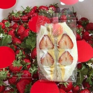 赤い花の上の食べ物の写真・画像素材[2737639]