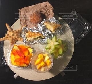テーブルの上の食べ物のボウルの写真・画像素材[2737643]