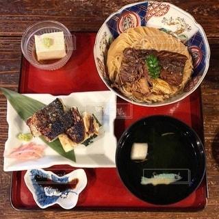 テーブルの上の食べ物のボウルの写真・画像素材[2738173]