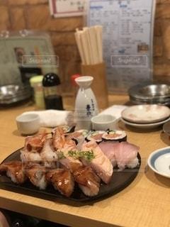 テーブルの上の食べ物の皿の写真・画像素材[2738419]