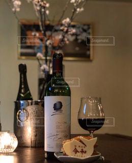 テーブルの上のワインのボトルの写真・画像素材[2821007]