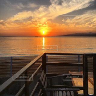 水域の隣にある木製の桟橋の写真・画像素材[2888855]