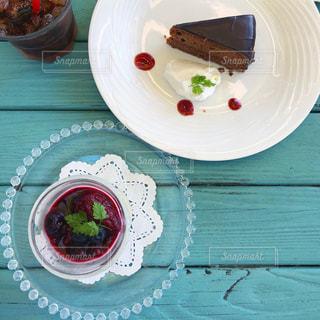 テーブルの上にケーキが置かれている皿の写真・画像素材[2888888]