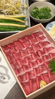 テーブルの上に異なる種類の食べ物が詰まった箱の写真・画像素材[4185821]