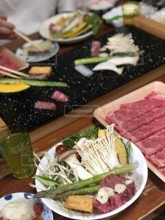 食べ物の皿をテーブルの上に置くの写真・画像素材[4185844]