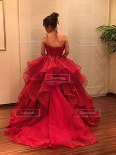 赤いドレスを着た女性の写真・画像素材[2534257]