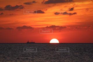 水平線に沈む夕日の写真・画像素材[2857066]