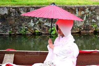 雨の中渡し舟に乗る花嫁の写真・画像素材[2892416]