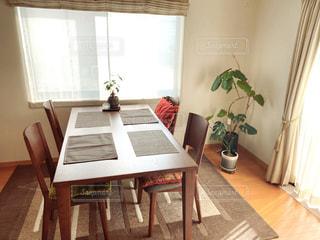 窓の前にあるダイニングルームのテーブルの写真・画像素材[2930509]