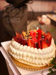 プレゼントとバースデーケーキの写真・画像素材[2960937]