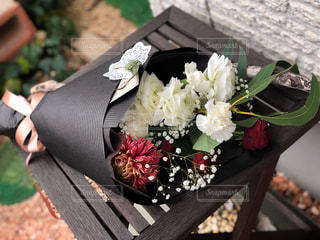 木製テーブルの上の花束の写真・画像素材[2960934]