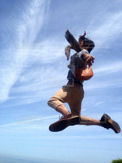 空中に飛び上がる人の写真・画像素材[2980262]