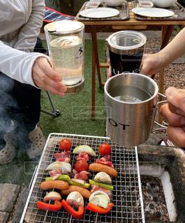 食べ物を食べるテーブルの周りの人々のグループの写真・画像素材[3183823]