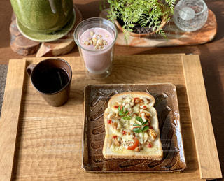 木製のテーブルの上にトーストの写真・画像素材[3253150]