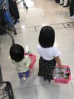 買い物する2人の写真・画像素材[2528129]