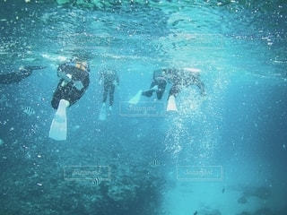 水の中を泳いでいる人の写真・画像素材[2551172]