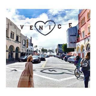 街の通りで自転車に乗る人の写真・画像素材[2538242]