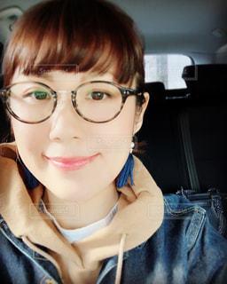 カメラを見ている眼鏡をかけた女性の写真・画像素材[2775292]