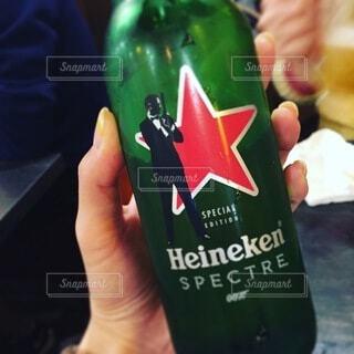 手持ち,人物,人,ボトル,ビール,ポートレート,ドリンク,ライフスタイル,手元,飲料