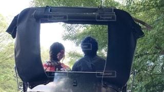 人力車に座っているカップルの写真・画像素材[2542610]