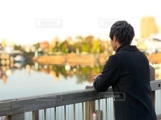 湖を見ている人の写真・画像素材[2542827]