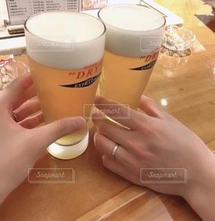 屋内,テーブル,人物,人,グラス,ビール,ラウンジ,お祝い,乾杯,バー,ドリンク