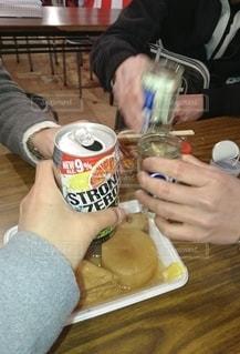 食べ物,夜,屋台,テーブル,人物,人,グラス,乾杯,ドリンク,おでん,出店,飲む