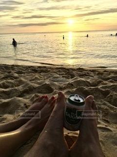 海,カップル,海外,砂,ビーチ,夕焼け,海辺,水面,浜辺,旅行,夫婦,グラス,ビール,ベトナム,乾杯,リゾート,ドリンク,フーコック島,缶ビール