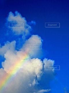 入道雲にかかる虹の写真・画像素材[2537238]
