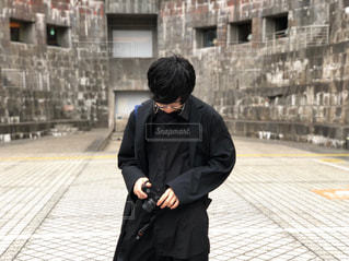男性,ファッション,風景,建物,カメラ,屋外,黒,コート,人物,人,石,コーディネート,コーデ,ジャケット,ブラック,カメラ男子,オールブラック,黒コーデ