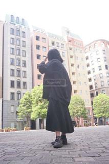 女性,恋人,ファッション,建物,屋外,黒,窓,レンガ,黒髪,スカート,都会,人物,ボブ,コーディネート,コーデ,通り,彼女,ブラック,オールブラック,黒コーデ,ブラックコーデ