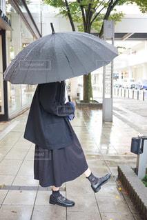 女性,恋人,ファッション,風景,雨,傘,屋外,黒,コート,スカート,人物,人,地面,コーディネート,コーデ,ジャケット,彼女,ブラック,オールブラック,黒コーデ,ブラックコーデ