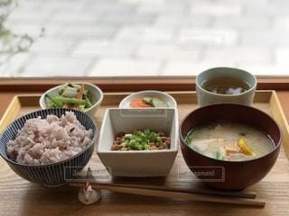 テーブルの上に座っている食べ物のボウルの写真・画像素材[2556766]