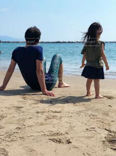 砂浜の上に立つ人々のグループの写真・画像素材[2531099]