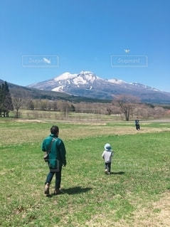じいじと孫in草原の写真・画像素材[2538937]