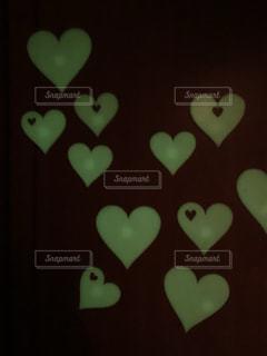 光る壁の飾り ハートの写真・画像素材[1691182]