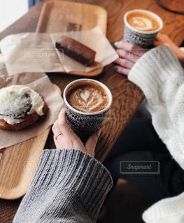 ニットをきてカフェの写真・画像素材[2680418]